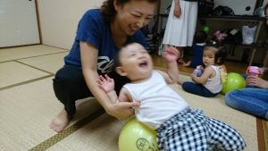 音楽に合わせて親子体操